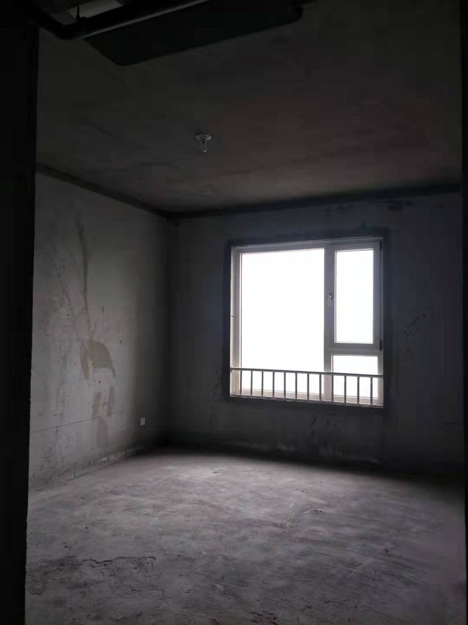 新上房源大三室南北通透走路2分钟到学校