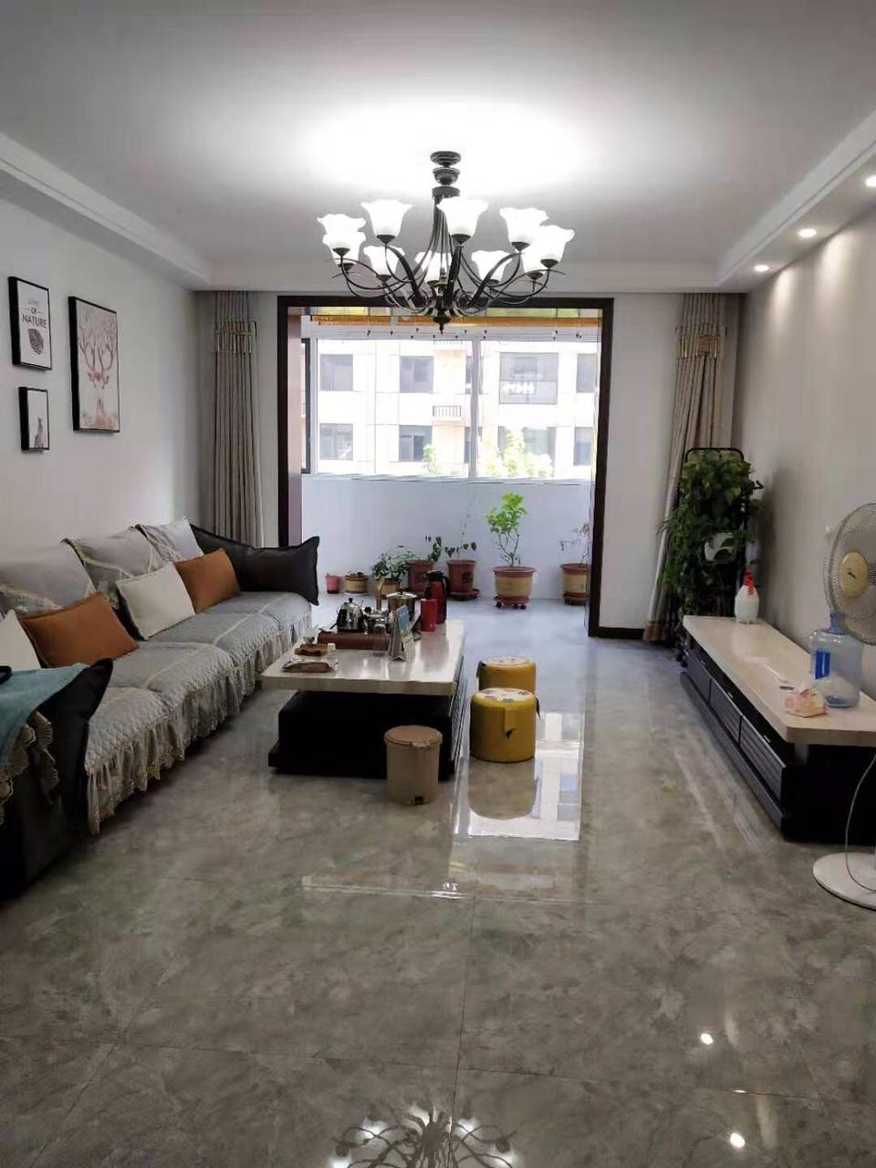 天鹅湖3居精装中间楼层,首付52万,可贷款