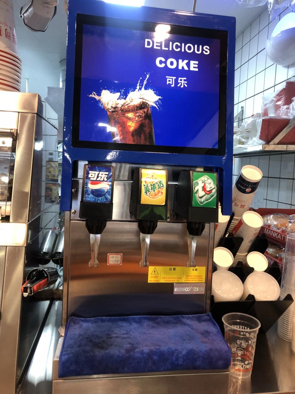 店铺关门转让豪华版亿美科品牌九九成新可乐机一台加可乐不锈钢置物柜一个,尺寸400*710*875 原...