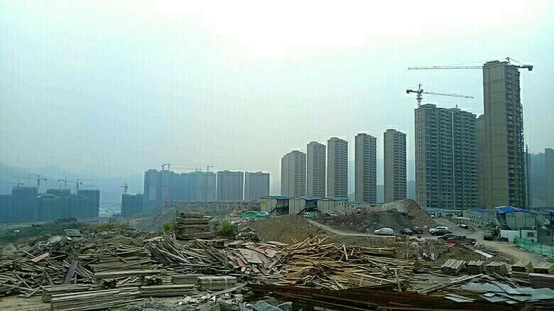 福建模板破碎木片-常年建筑工地料場大量出售與回收:廢模板破碎木片,拆遷廢柴破碎木片。無破碎-廢舊模板...