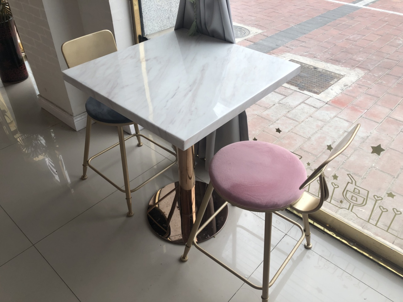桌椅便宜转让了,一桌两椅两套480元,高脚凳4张200
