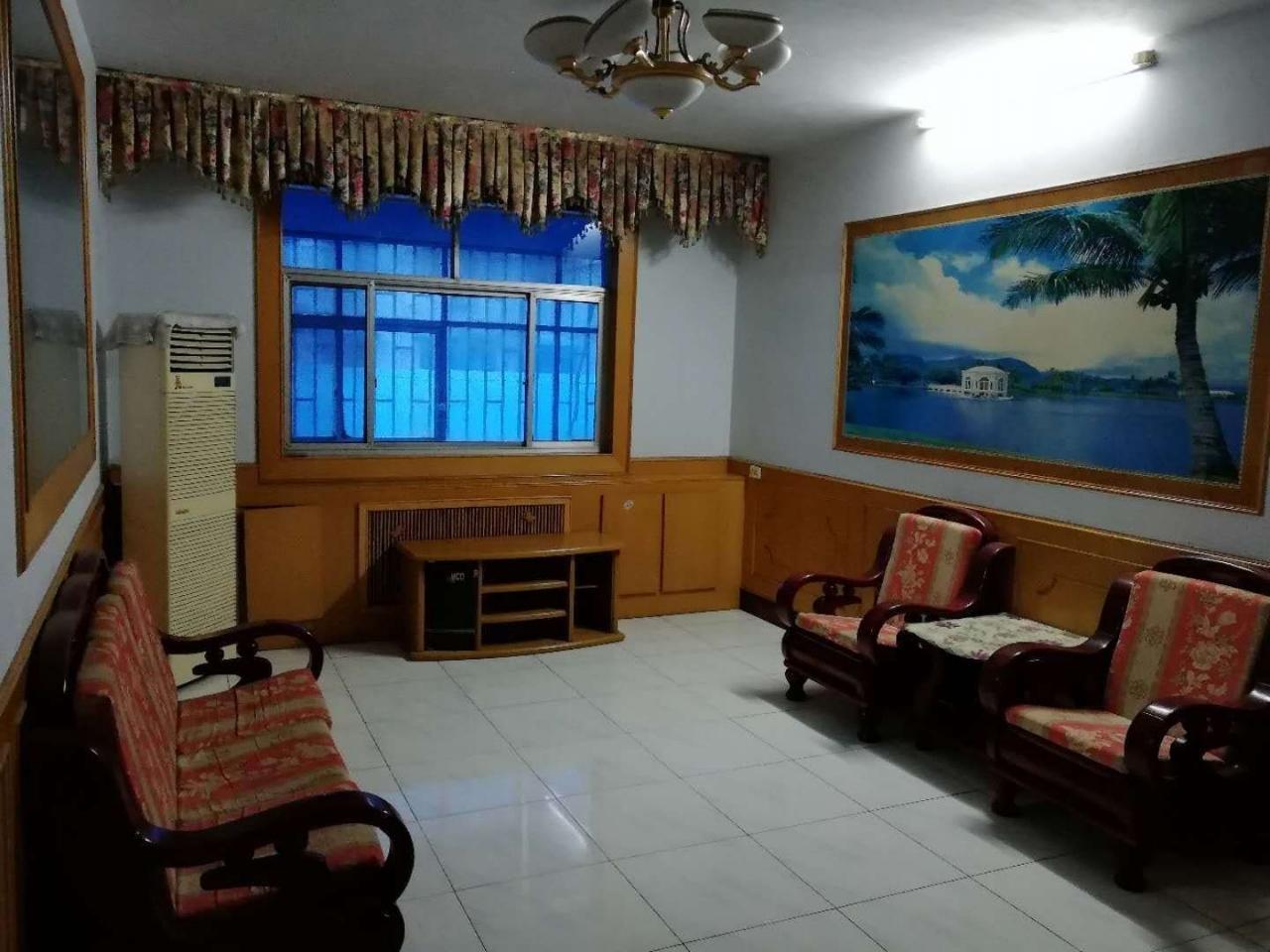 丹尼斯附近 四室两厅一卫 二楼 140平