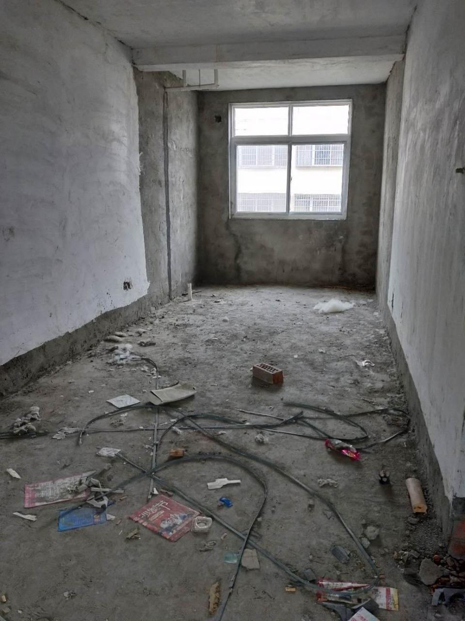 二高附近步梯四樓3室2廳1衛帶車庫52萬老證可按揭