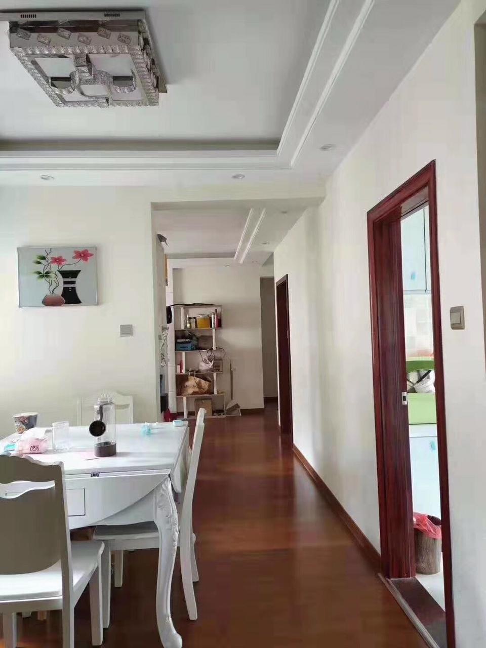 明汇城学区房,精装三室,地处城区繁华地段,交通便利