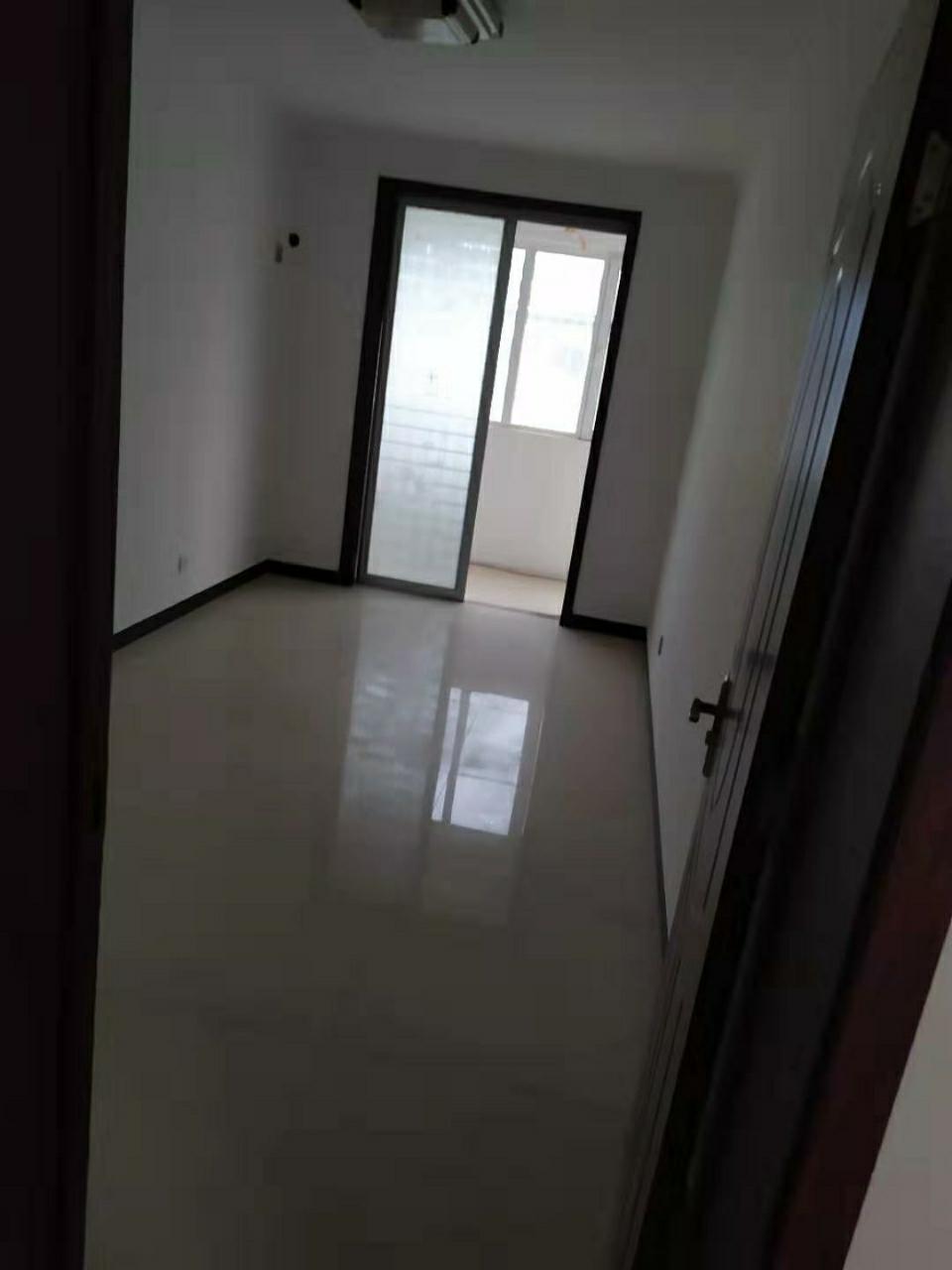 朝晖花园2室 新装双卧客厅朝阳带小院首付25左右