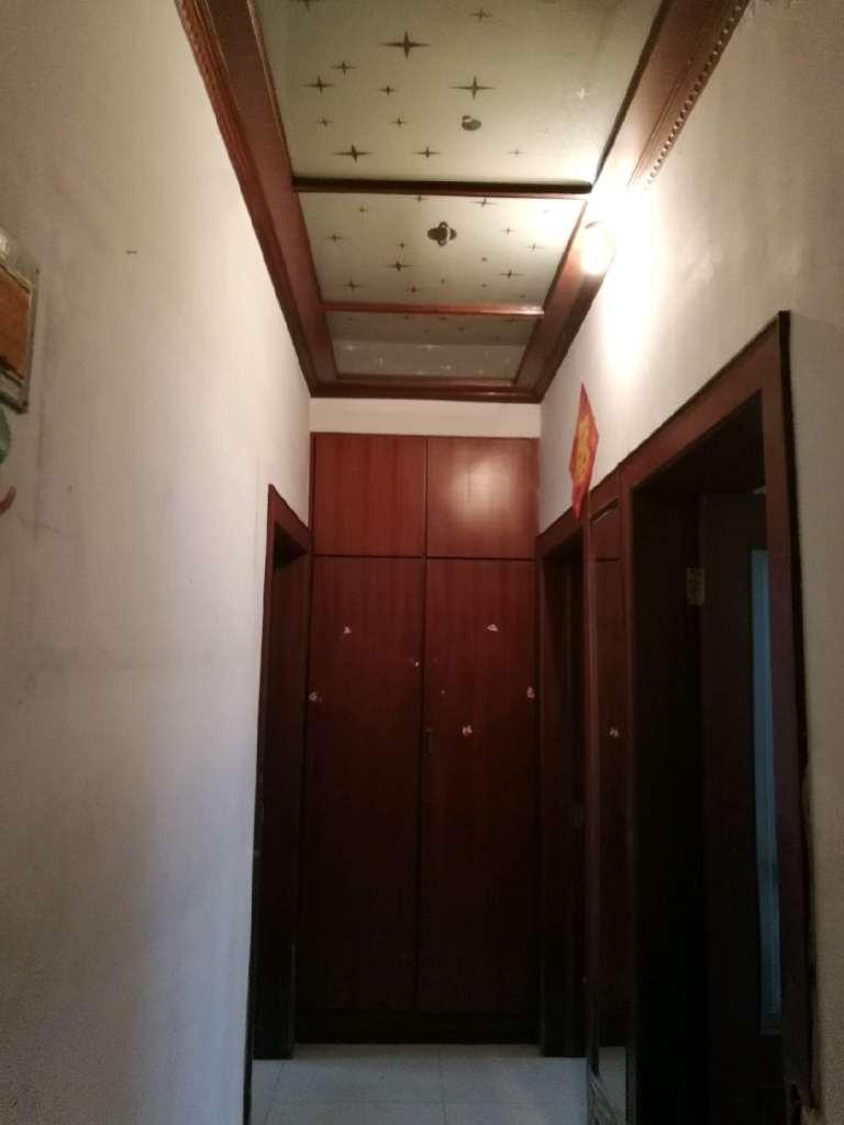 东山小区1楼带院和地上小房。2室 30万元