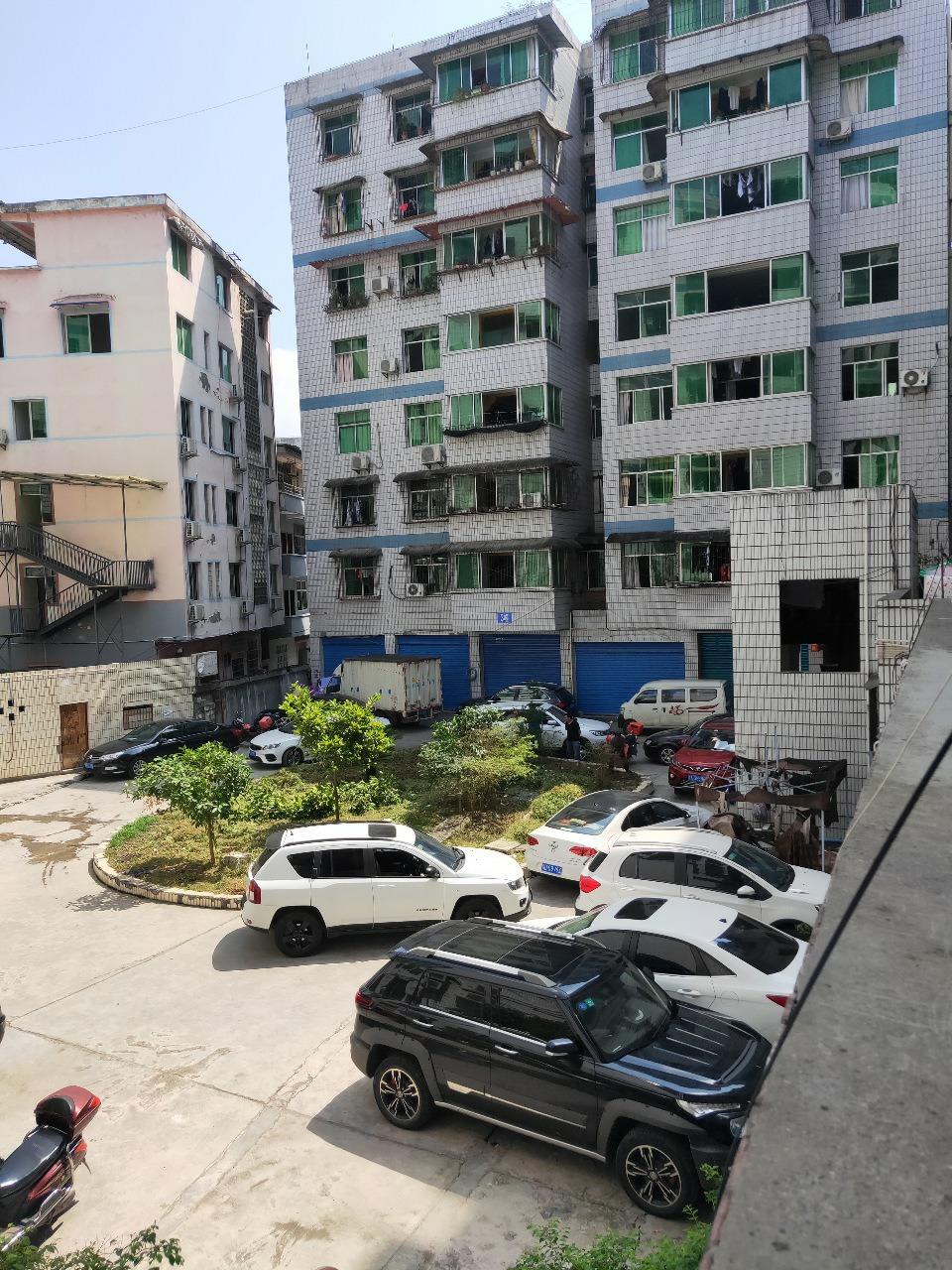 小广场140平精装房4室 2厅 2卫66万元