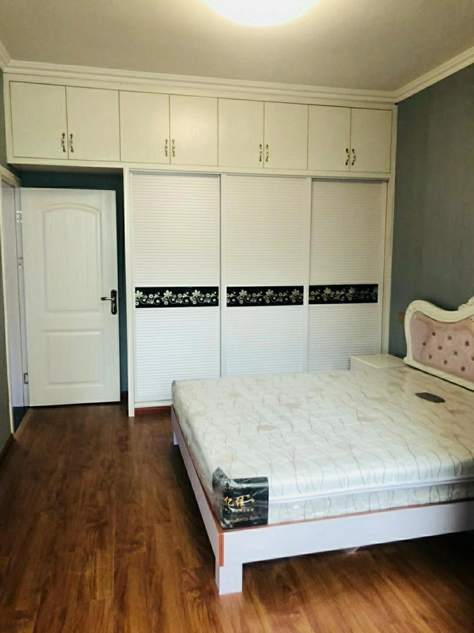 五指路三室两厅新装出售