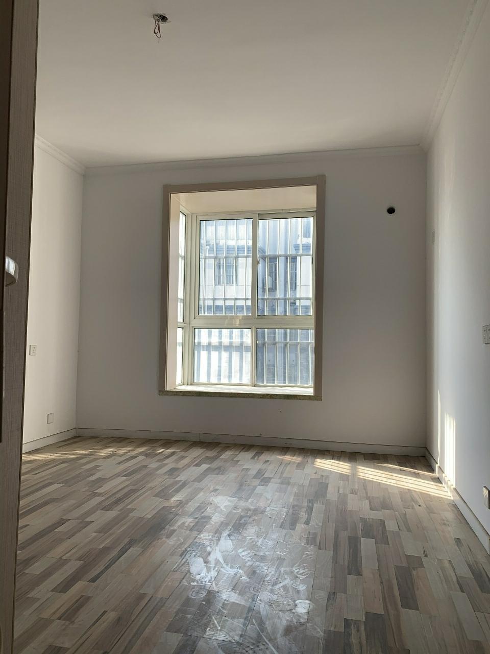 龍山庭苑3室 2廳 1衛65萬元