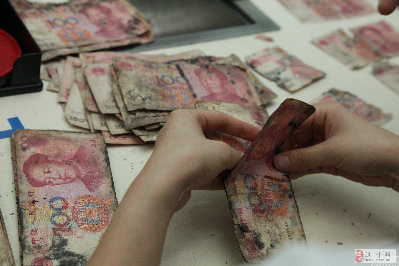 梅雨季致两万元纸币发霉 男子求助银行清理