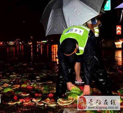郑州一轿车立交桥上追尾拖拉机