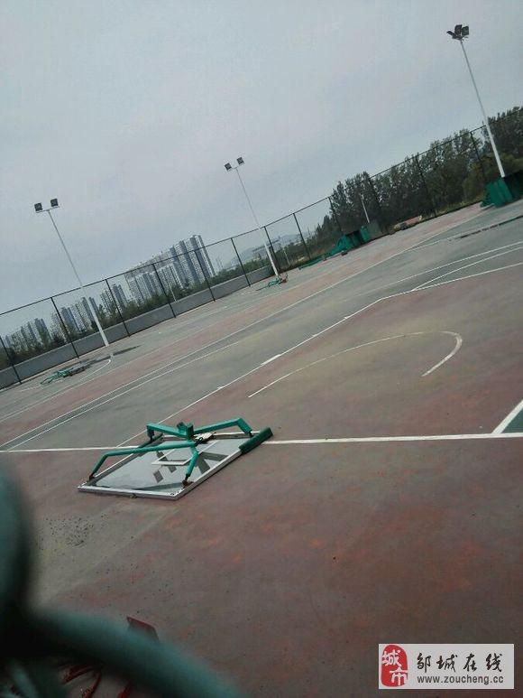 网曝邹城新体育馆篮球架被风刮倒