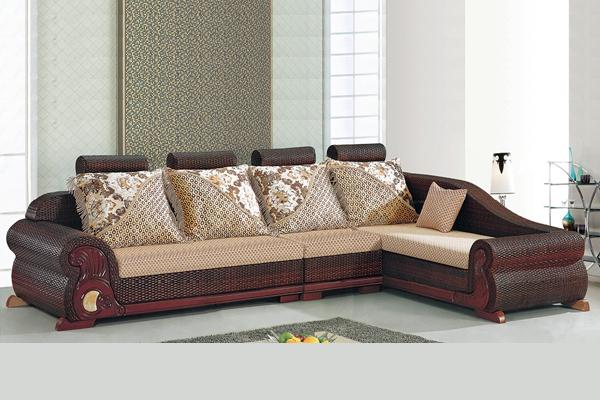 沙发挑选妙招一:观察沙发框架的稳定性,结构是否牢固1.沙发框架是否稳定 一套好沙发,必须用方木钉成框架,侧面用板固定,而沙发的框架又直接决定了沙发的承重力。要选择一款经久耐用的沙发,首先要看沙发的框架是否持久不易变形。沙发的框架一定要选择实木质地的,在实木框架中又以进口桉木为首选。我们可以用手托起沙发感觉一下重量,如果是用包装板、夹板钉成的沙发分量轻,实木架则比较重。两手将整件沙发前后左、右用力反复摇一摇、晃一晃,如果感觉较好,说明框架牢固。 2.