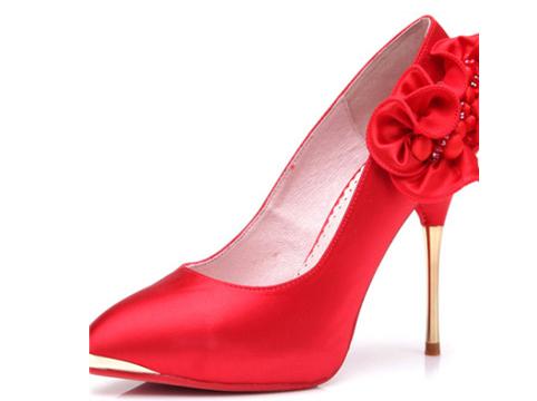 红色新娘婚鞋的款式经典婚鞋颜色