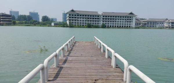 为禁止游人野游,阳光湖岸边被人玻璃碎片和异物围起来了,这样做真的合适吗