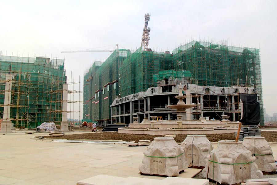 9月3日金雁・欧城联邦工地实拍~进了现场才发现,这个广场修的好大的说