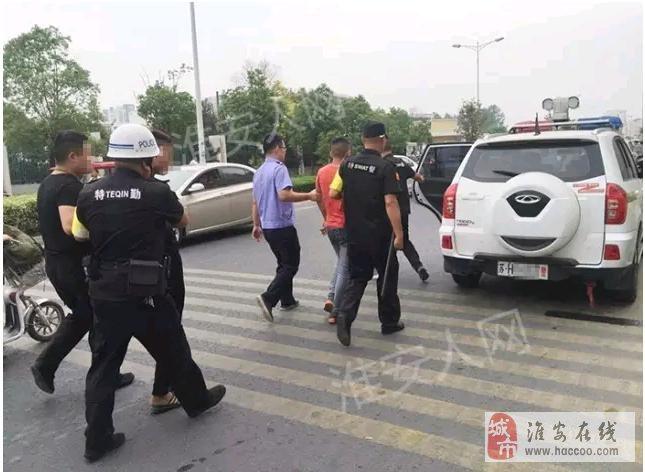 【突发】新淮中门口,三社会青年用刀架持一名高中生