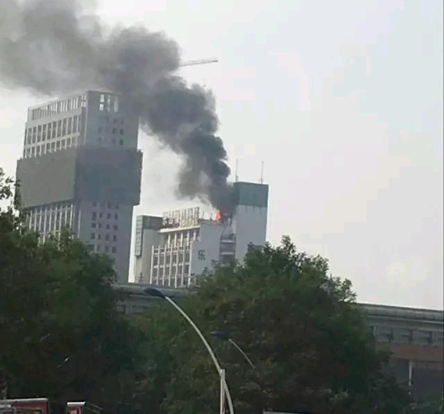 淮安市乐园大夏发生大火,浓烟四漫......