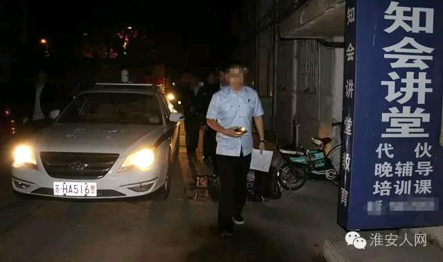 """凌晨淮安6辆警车、法警20人,突击抓获""""老赖""""!"""