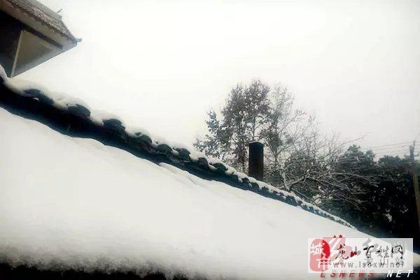 石羔街道的瓦上也有厚厚的积雪