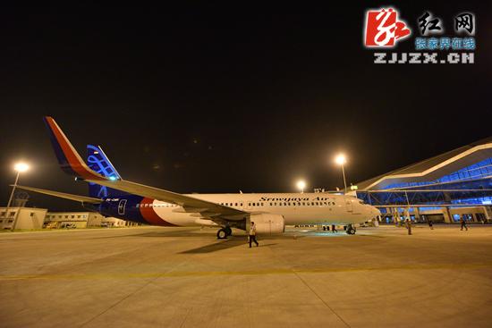 波音飞机缓缓降落在夜幕中的张家界荷花国际机场