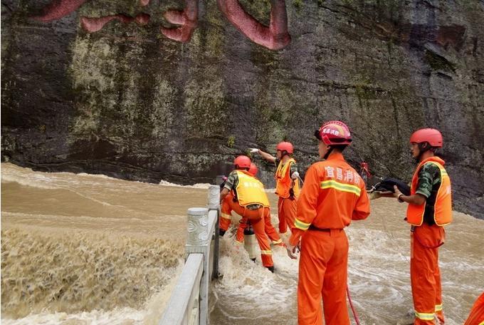 远安县鸣凤山风景区受强降雨影响,河水上涨至一人被困,远安消防紧急