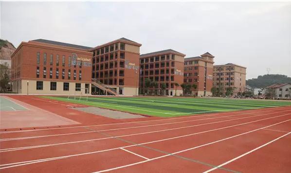 风雨操场的底层是宽敞明亮的食堂,可容纳全校师生用餐。 校园传统院落式的布局,把办公区、教学区、运动区进行了功能分区和动静分区,各分区形成半围合空间。 走在大楼中,记者感觉到,在彼此相连的大楼里,即便是下雨,学生也有足够的活动空间。整个校园可容纳30个班级,1500名学生就读。