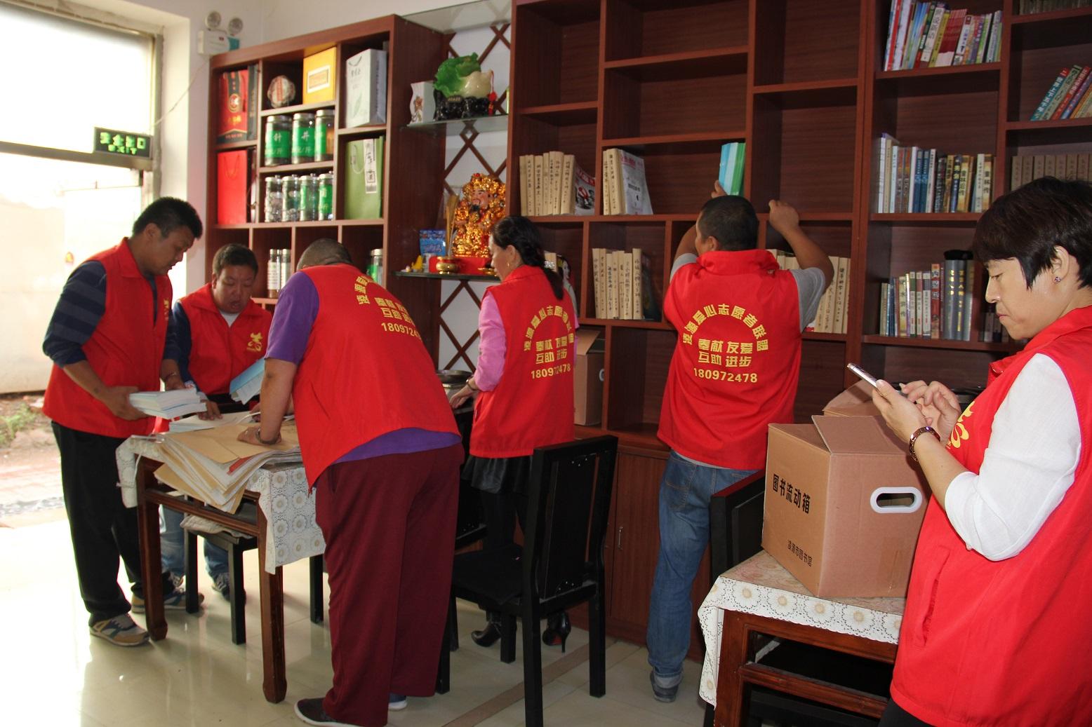 爱心志愿者联盟送书  9月6日上午,凌源市图书馆副馆长于燕,办公室主任