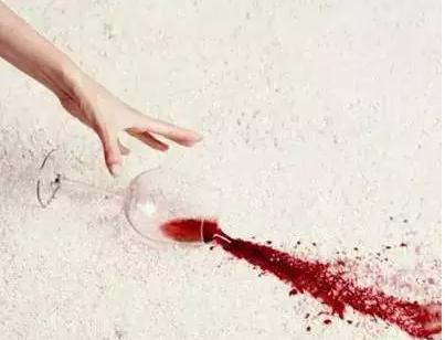 6. 加点盐,清洗葡萄酒渍