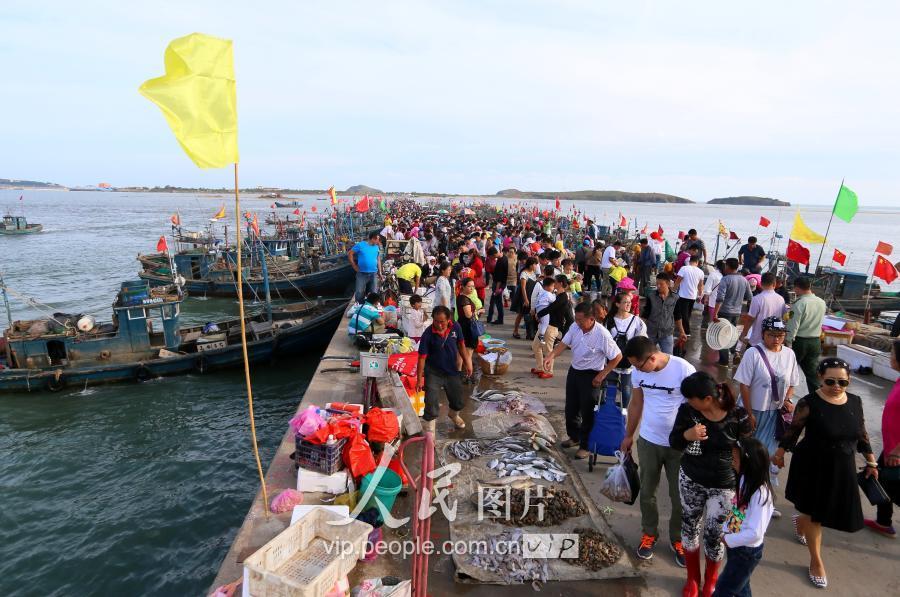市民在即墨市田横岛码头选购刚刚上岸的海鲜