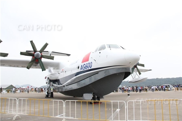 蛟龙-600(AG600)是中国大飞机三剑客之一,是中国自行设计研制大型灭火/水上救援水陆两栖飞机,同时也是世界在研最大的水陆两用飞机,2016年7月23日总装下线(一期产品)。   而在明天开幕的珠海航展上,蛟龙600也将进行静态展示。   据介绍,蛟龙600主要用于水陆两栖,拥有执行应急救援、森林灭火、海洋巡察等多项特种任务的功能。飞机采用了单船身、悬臂上单翼布局型式;选装四台WJ-6发动机,采用前三点可收放式起落架。这是中国新一代特种航空产品代表作。