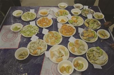 """做出了""""玫瑰花饺"""",""""金钱饺"""",""""蝴蝶饺""""等独具特色的饺子."""