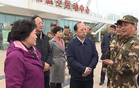 区领导观摩武汉武警支队新兵野营拉练操练图片