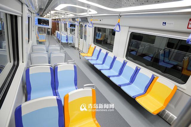 青岛地铁11号线首列车下线 整车亮相