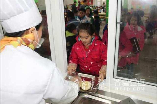 4万名学生午餐有保证 已建86处市标准化食堂  如何解决中小学生吃午餐图片