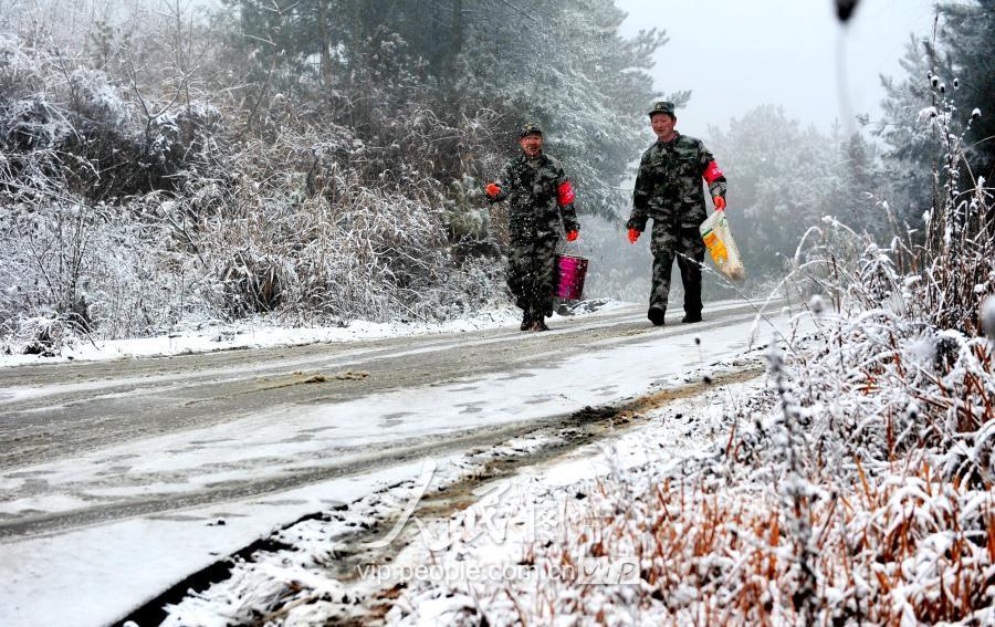 宁强喜降2017年第一场雪警民携手除雪保畅