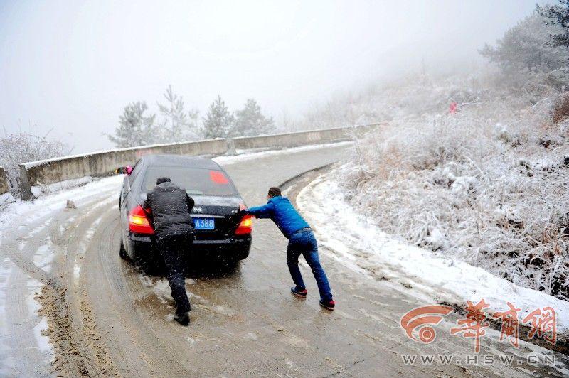 宁强大雪拦住接亲车 交警志愿者抛洒融雪剂帮疏通