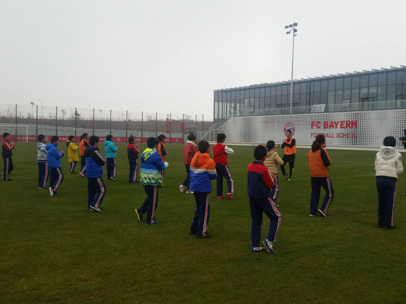纯化镇王文小学足球队赴青岛拜仁足球学校参加交流活动