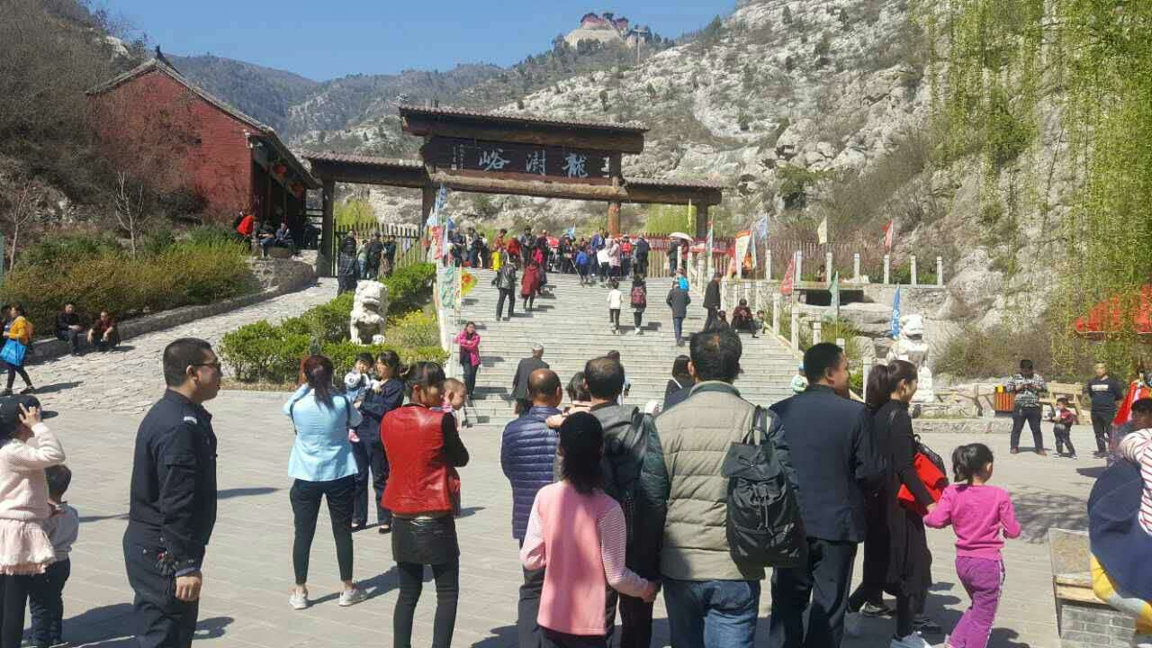 清明假期,山西省襄汾县龙澍峪风景区内停车场爆满,游人如织,迎来了