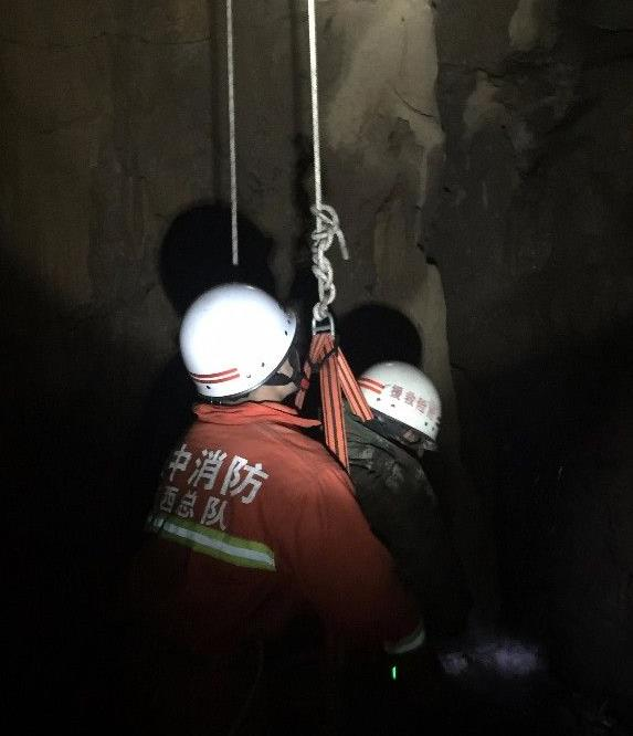 镇巴村民深夜上山找牛 不慎坠入30米深天坑