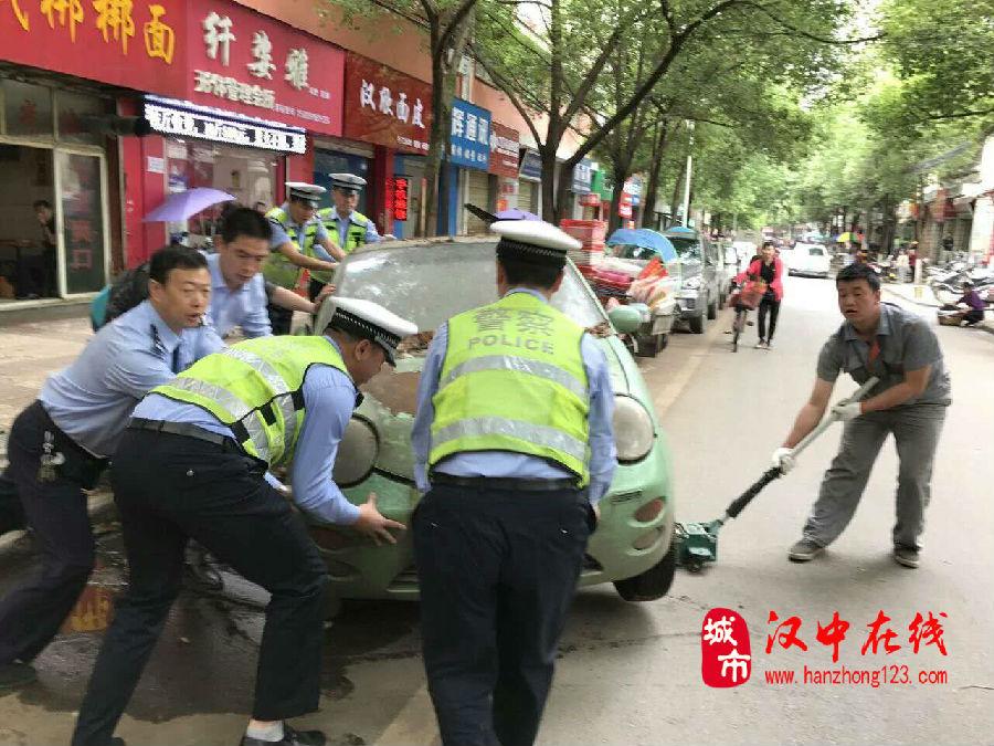 """汉台交警一大队开展""""僵尸车""""集中清理行动已有6辆僵尸车被清理"""