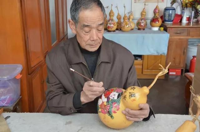 王可和正在葫芦上画画