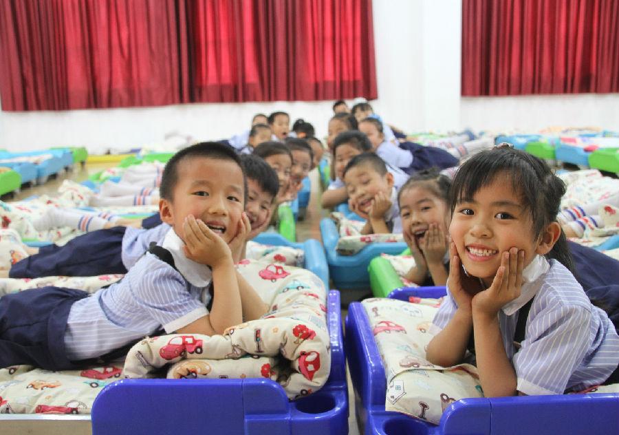 当日,博兴县锦秋街道北关幼儿园大班的小朋友在校园内拍摄创意毕业照图片