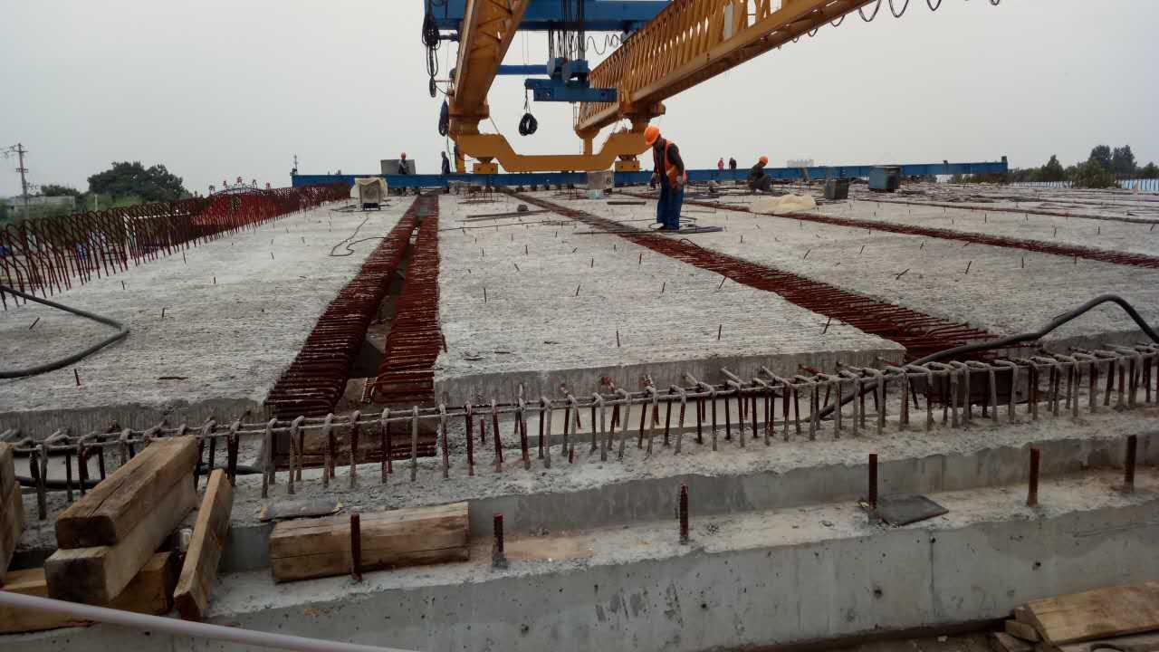 青州衡王府路铁路立交桥16孔梁板全部架设完成