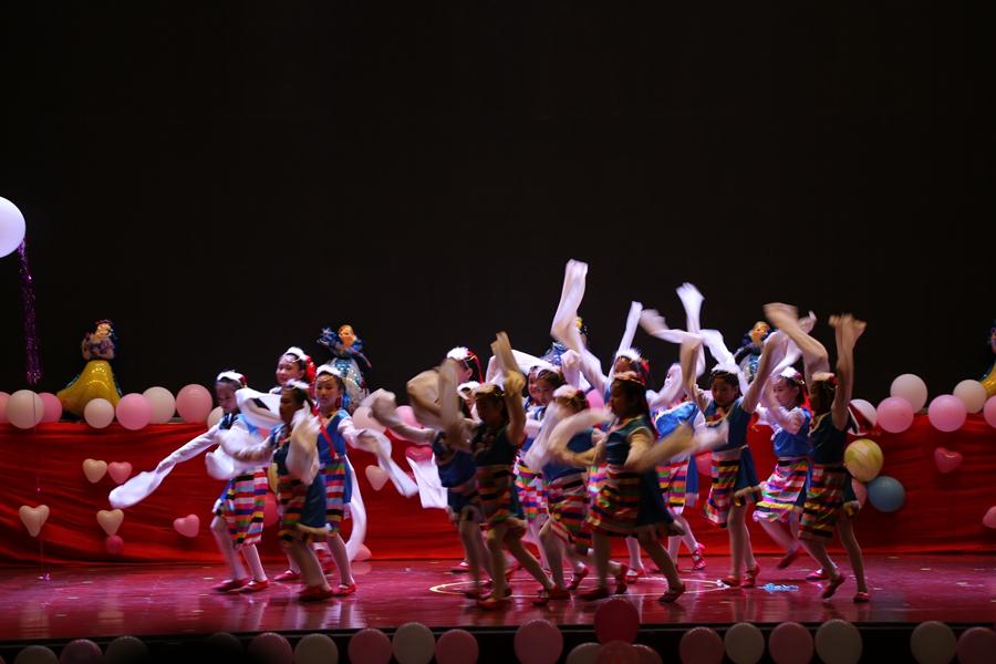 在全国上下热烈庆祝第33个教师节之际,9月10日下午,凌源市恒艺舞蹈学校组织各年龄段296名小演员在人民会场礼堂举办了一场别开生面的汇报演出。 &nbsp &nbsp&nbsp演员中都是来自恒艺舞蹈学校的学员,小到三四岁,大到十几岁,他们分别以孔雀公主班、茉莉公主班、千月公主班、安妮公主班、水蜜桃公主班、爱莎公主班、苏菲亚公主班、贝尔公主班、莘蒂公主班、罗曼公主班、小天使班、奈丽公主班、茜茜公主班为表演单位相继表演了《悄悄话》、《芽芽的儿歌》、《稻草人》、《格桑花的祝福》、《我是一个好小孩》、《我能行》、