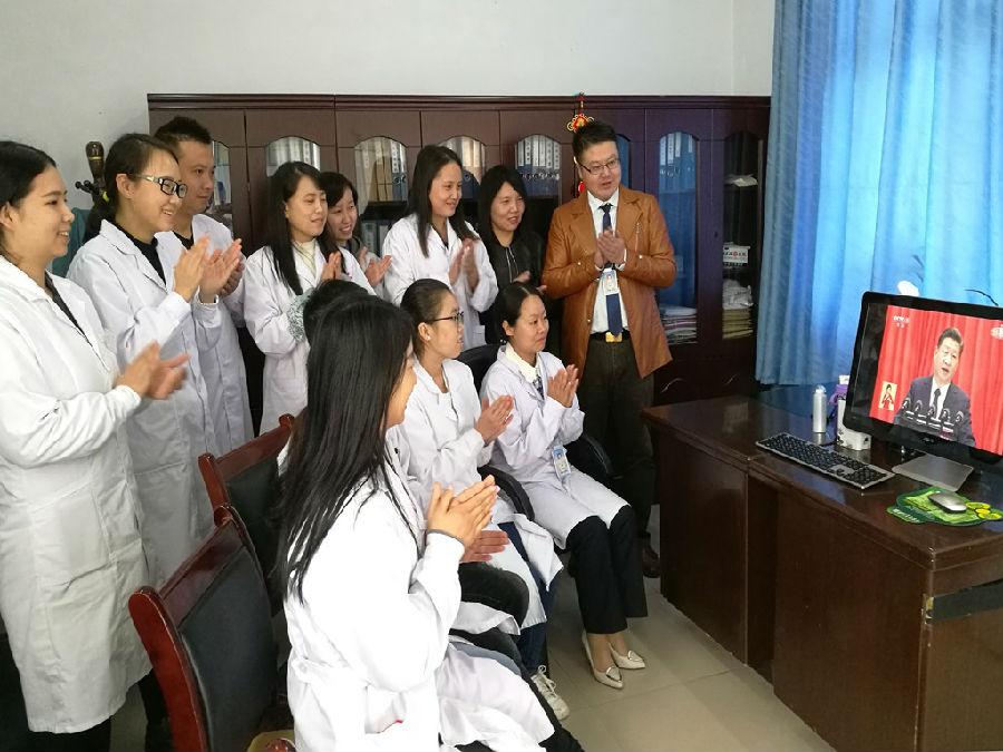 城固县医护人员收看党的十九大开幕盛况