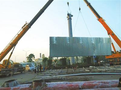 由于户外立柱式广告设施的拆除工作属于高空作业,拆除难度大,危险