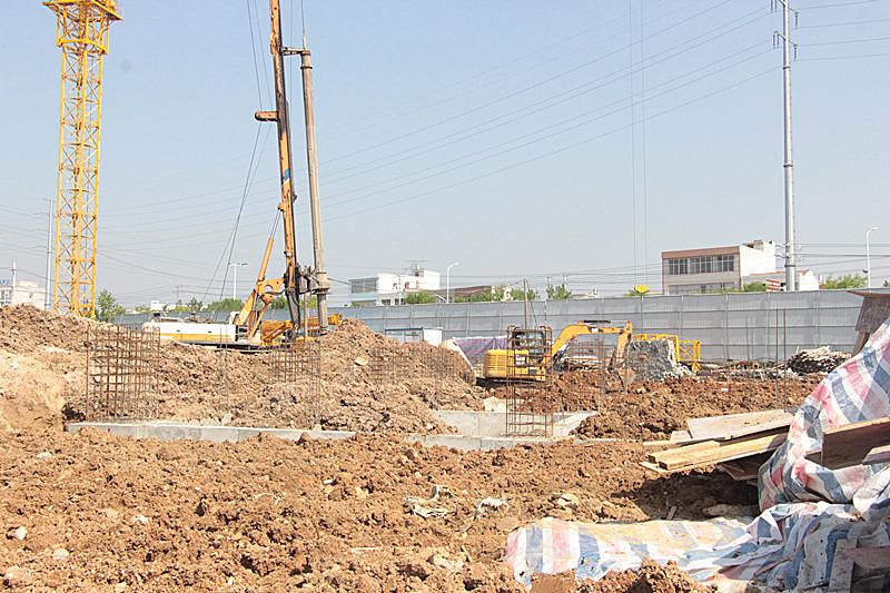 工人们正在地基施工中