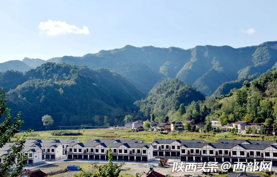蓝天白云下的宁强县二郎坝镇水田坪易地搬迁安置点格外漂亮.