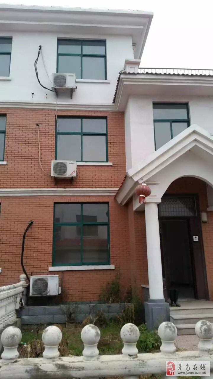 上海花苑三层别墅,260平米左右,5室4厅3卫,有车库20多平米,有南北两个